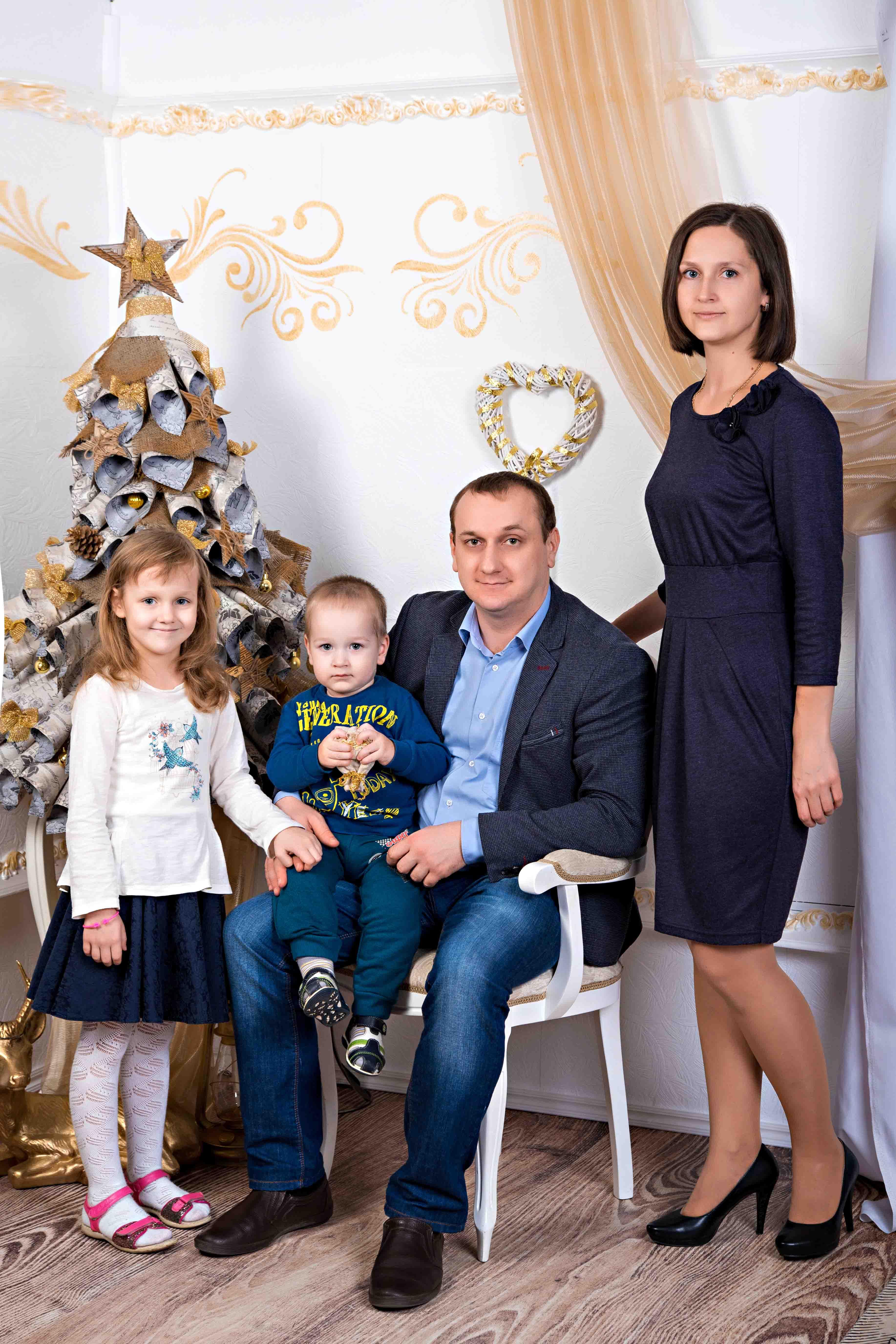 студийная семейная новогодняя фотосессия Брест