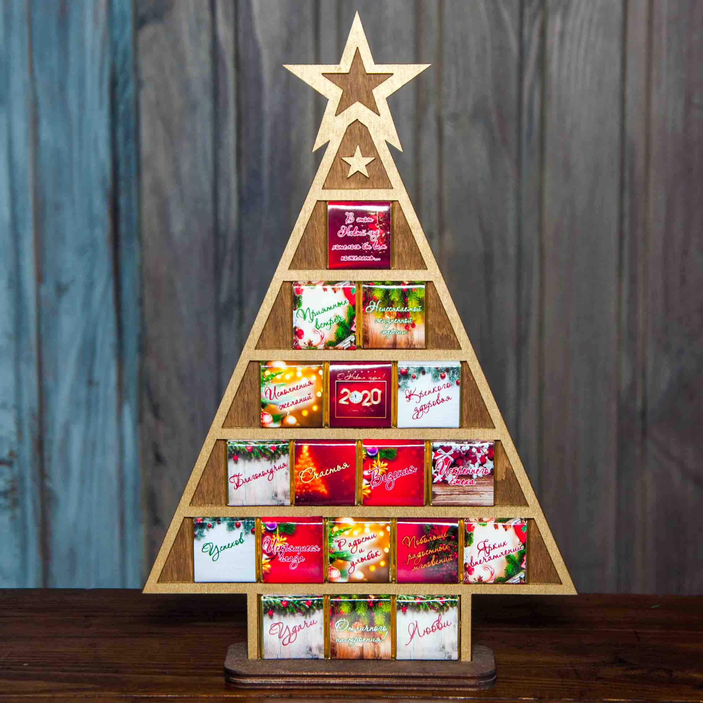 елка из дерева с шоколадками